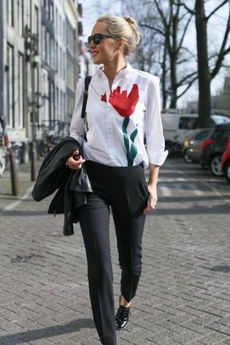 Comment porter: veste motard en cuir noire, chemise de ville imprimée blanche, pantalon de costume noir, chaussures richelieu en cuir noires