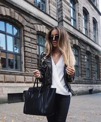 Comment porter: veste motard en cuir noire, chemisier à manches longues en soie blanc, jean skinny noir, sac fourre-tout en cuir noir