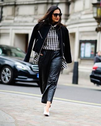 Comment porter: veste motard en laine noire, chemisier à manches longues à carreaux noir et blanc, pantalon large en cuir noir, escarpins en cuir blancs
