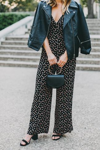 Comment porter: veste motard en cuir noire, combinaison pantalon à fleurs noire, sandales à talons en daim noires, pochette en cuir noire