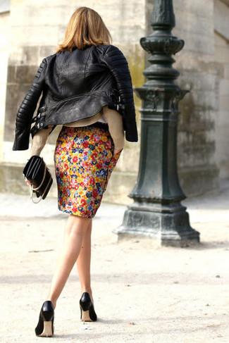 Comment porter une jupe crayon à fleurs multicolore: Pense à marier une veste motard en cuir noire avec une jupe crayon à fleurs multicolore pour une tenue raffinée mais idéale le week-end. Complète ce look avec une paire de des escarpins en cuir noirs.