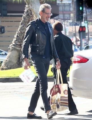 Comment porter: veste motard en cuir noire, polo bleu marine, pantalon chino gris foncé, slippers en cuir noirs et blancs