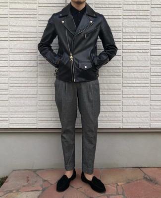 Comment porter une veste motard en cuir noire: Associe une veste motard en cuir noire avec un pantalon de costume gris foncé pour un look idéal au travail. Jouez la carte classique pour les chaussures et opte pour une paire de mocassins à pampilles en velours noirs.