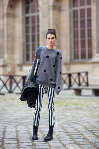 Comment porter un jean skinny blanc en automne: Pour une tenue de tous les jours pleine de caractère et de personnalité choisis une veste motard en cuir noire et un jean skinny blanc. Si tu veux éviter un look trop formel, opte pour une paire de des bottines plates à lacets en cuir noires. Un look superbe qui sent bon l'automne.