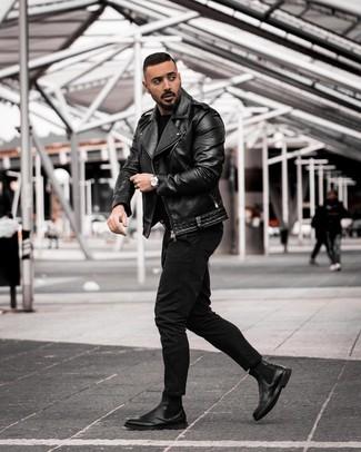 Comment porter: veste motard en cuir noire, pull à col rond noir, jean noir, bottines chelsea en cuir noires