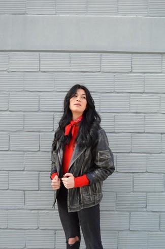 Comment porter: veste motard en cuir noire, pull à col rond rouge, jean skinny déchiré noir, bandana rouge