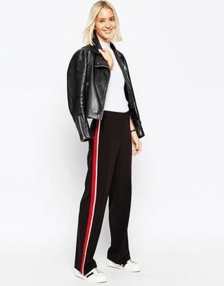 Comment porter: veste motard en cuir noire, pull à manches courtes blanc, pantalon large rouge et noir, baskets basses blanches et noires