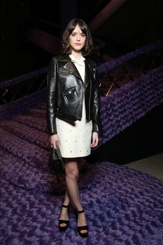 Comment porter: veste motard en cuir noire, robe droite ornée blanche, sandales à talons en daim noires, sac à main en cuir noir