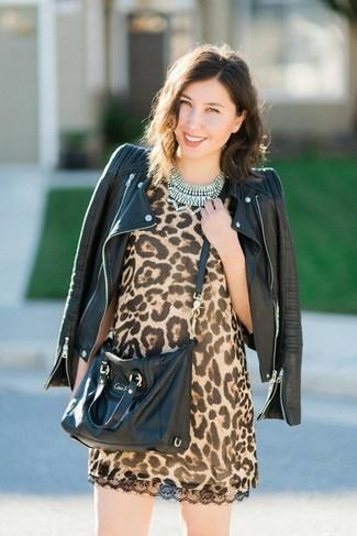 Comment porter un sac bandoulière en cuir noir: Harmonise une veste motard en cuir noire avec un sac bandoulière en cuir noir pour créer un look génial et idéal le week-end.