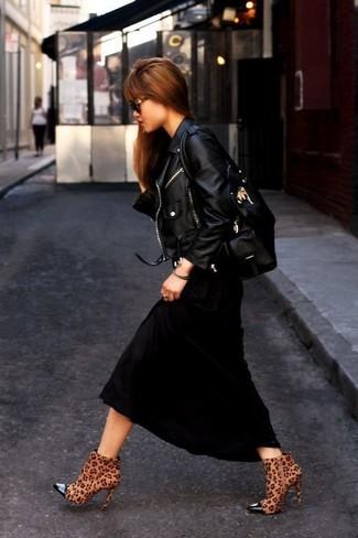 Comment porter une robe longue noire: Pour créer une tenue idéale pour un déjeuner entre amis le week-end, marie une robe longue noire avec une veste motard en cuir noire. Cette tenue est parfait avec une paire de des bottines en daim imprimées léopard marron.
