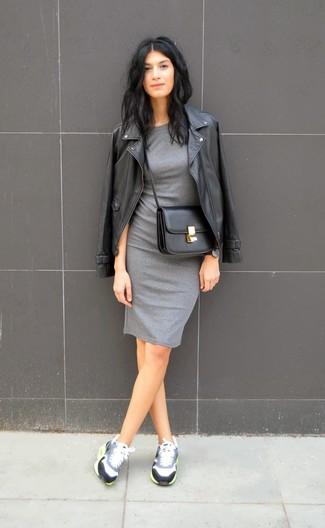 Ce combo d'une veste motard en cuir noire et d'une robe moulante grise attirera l'attention pour toutes les bonnes raisons. Tu veux y aller doucement avec les chaussures? Assortis cette tenue avec une paire de des chaussures pour la journée.
