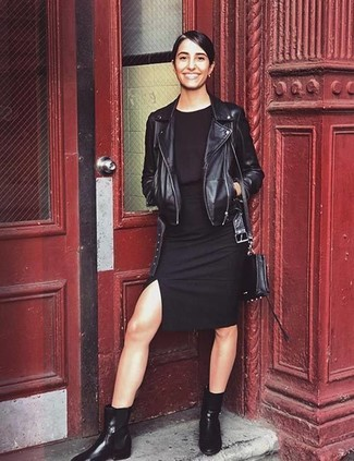 Comment porter: veste motard en cuir noire, robe moulante noire, bottines chelsea en cuir noires, sac bandoulière en cuir noir