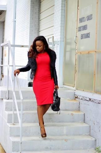 Comment porter: veste motard en cuir noire, robe moulante rouge, escarpins en cuir à clous noirs, sac fourre-tout en cuir noir