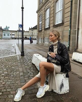 Comment porter: veste motard en cuir noire, robe-pull beige, chaussures de sport blanches, cartable en cuir noir