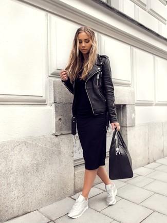 Comment porter: veste motard en cuir noire, robe-pull noire, chaussures de sport argentées, sac fourre-tout en cuir noir