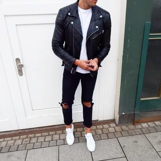 Comment porter: veste motard en cuir noire, t-shirt à col rond blanc, jean déchiré noir, baskets basses blanches