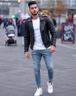 Comment porter un jean skinny déchiré bleu clair: Choisis une veste motard en cuir noire et un jean skinny déchiré bleu clair pour une tenue idéale le week-end. Une paire de des baskets basses en toile blanches est une façon simple d'améliorer ton look.