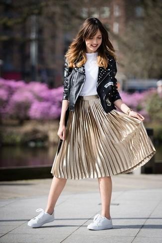 Comment porter: veste motard en cuir à clous noire, t-shirt à col rond blanc, jupe mi-longue plissée dorée, baskets basses en cuir blanches