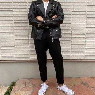 Comment porter une veste motard en cuir noire: Marie une veste motard en cuir noire avec un pantalon de costume noir pour créer un look chic et décontracté. Jouez la carte décontractée pour les chaussures et opte pour une paire de baskets basses en toile blanches.