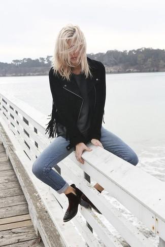 Comment porter: veste motard en daim à franges noire, t-shirt à col rond gris foncé, jean skinny bleu, bottines en daim noires