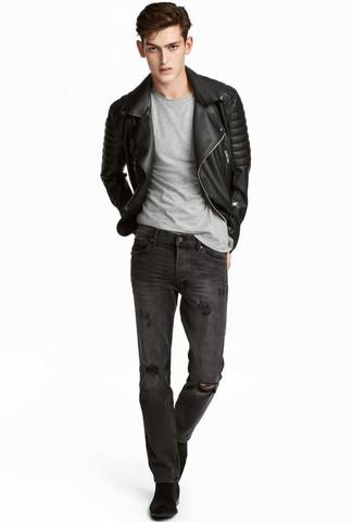 Comment porter: veste motard en cuir matelassée noire, t-shirt à col rond gris, jean déchiré gris foncé, bottines chelsea en daim noires