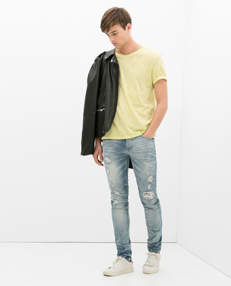 Comment porter: veste motard en cuir noire, t-shirt à col rond jaune, jean déchiré bleu clair, baskets basses en cuir blanches