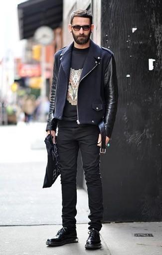 Comment porter: veste motard en cuir noire, t-shirt à col rond imprimé noir, jean skinny noir, chaussures derby en cuir noires