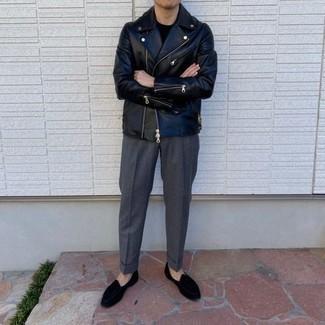 Comment porter une veste motard en cuir noire: Pense à harmoniser une veste motard en cuir noire avec un pantalon de costume gris foncé pour un look idéal au travail. Termine ce look avec une paire de slippers en velours noirs pour afficher ton expertise vestimentaire.