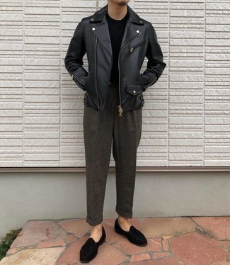 Tendances mode hommes: Pense à associer une veste motard en cuir noire avec un t-shirt à col rond noir pour affronter sans effort les défis que la journée te réserve.