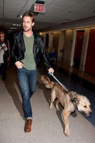 Tenue de Ryan Gosling: Veste motard en cuir noire, T-shirt à col rond olive, Jean bleu marine, Bottes de travail en cuir marron