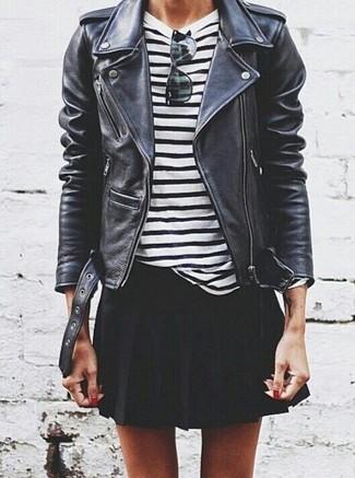 Comment porter: veste motard en cuir noire, t-shirt à manche longue à rayures horizontales blanc et noir, jupe patineuse noire, lunettes de soleil noires