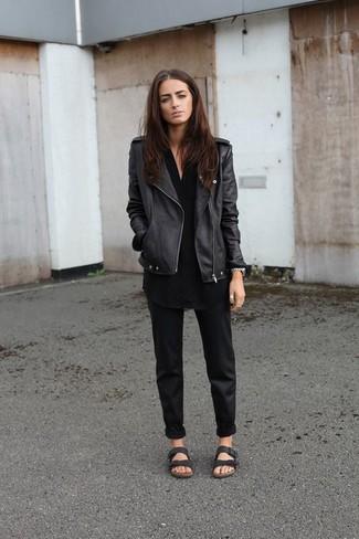 Comment porter: veste motard en cuir noire, tunique noire, pantalon chino noir, sandales plates en cuir noires
