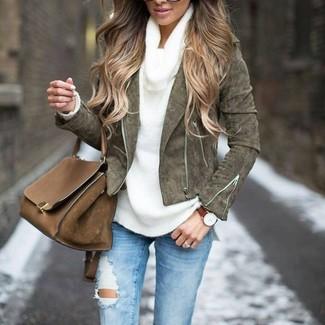 Comment porter: veste motard en daim olive, pull à col boule blanc, jean skinny déchiré bleu clair, cartable en cuir marron