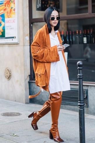 Comment porter: veste motard en daim orange, robe chemise blanche, cuissardes en cuir tabac, lunettes de soleil noires