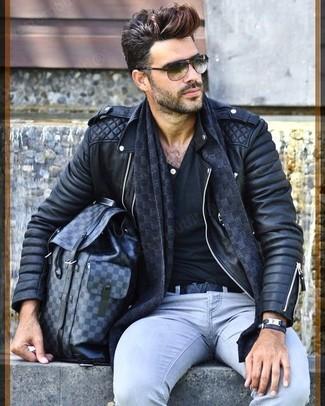 Comment porter: veste motard en cuir matelassée noire, pantalon chino gris, sac à dos en cuir gris foncé, écharpe à carreaux gris foncé