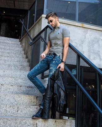 Comment porter: veste motard en cuir noire, polo gris, jean délavé à l'acide bleu, bottes de loisirs en cuir noires