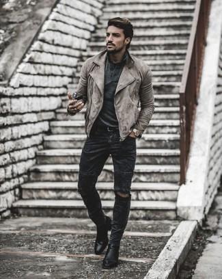 Comment porter un jean déchiré gris foncé: Pour une tenue aussi confortable que ton canapé, opte pour une veste motard en daim grise avec un jean déchiré gris foncé. Opte pour une paire de des bottines chelsea en cuir noires pour afficher ton expertise vestimentaire.