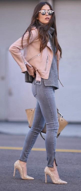 Comment porter: veste motard en cuir rose, pull à col boule gris, jean skinny gris, escarpins pailletés dorés