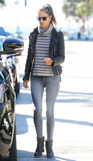 Comment porter: veste motard en cuir noire, pull à col boule à rayures horizontales gris, jean skinny gris, bottines en cuir noires