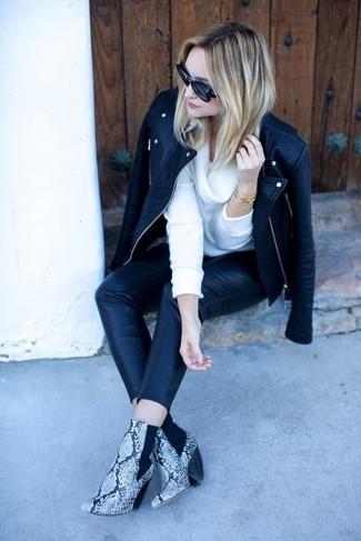 Comment porter: veste motard en cuir noire, pull à col boule blanc, pantalon slim en cuir noir, bottines en cuir imprimées serpent grises