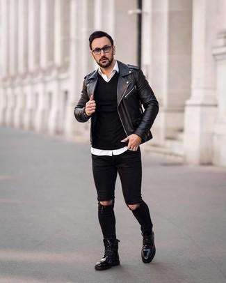 Comment porter un pull à col en v noir: Pour une tenue aussi confortable que ton canapé, associe un pull à col en v noir avec un jean skinny déchiré noir. Opte pour une paire de des bottes de loisirs en cuir noires pour afficher ton expertise vestimentaire.