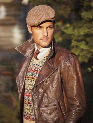 Comment porter: veste motard en cuir marron, pull à col en v en jacquard beige, chemise à manches longues blanche, casquette plate écossaise marron