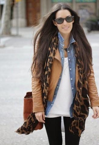 Comment porter: veste motard en cuir marron clair, pull à col en v blanc, chemise en jean bleu clair, t-shirt à col rond blanc