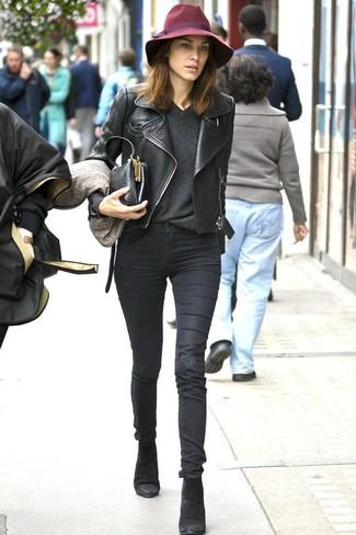 Tenue de Alexa Chung: Veste motard en cuir noire, Pull à col en v gris foncé, Jean skinny noir, Bottines en daim noires