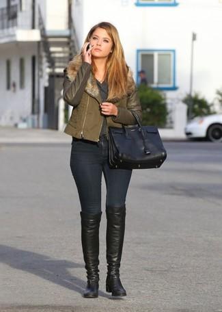 Comment porter: veste motard olive, pull à col en v gris foncé, jean skinny noir, cuissardes en cuir noires