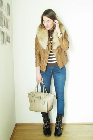 Comment porter: veste motard en cuir marron clair, pull à col en v à rayures horizontales blanc et marron, jean skinny bleu, bottes mi-mollet en cuir à clous noires