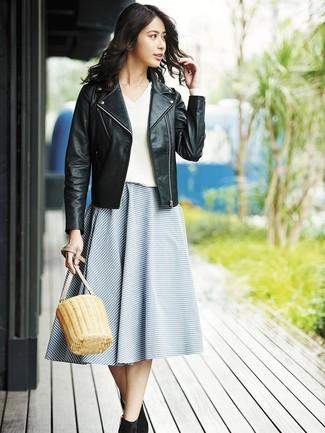 Comment porter: veste motard en cuir noire, pull à col en v blanc, jupe évasée à rayures horizontales bleue, bottines en daim noires