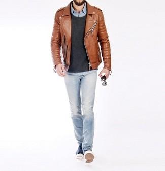 Comment porter: veste motard en cuir tabac, pull à col rond gris foncé, chemise à manches longues en chambray bleu clair, jean bleu clair