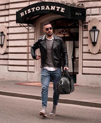 Comment porter: veste motard en cuir noire, pull à col rond gris foncé, chemise à manches longues blanche, jean déchiré bleu