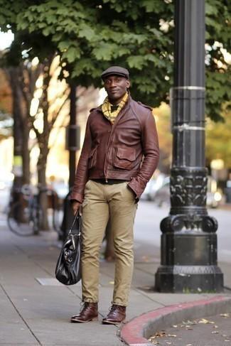 Comment porter une casquette plate marron foncé: Essaie de marier une veste motard en cuir marron avec une casquette plate marron foncé pour une tenue relax mais stylée. Une paire de bottes de loisirs en cuir bordeaux apportera une esthétique classique à l'ensemble.